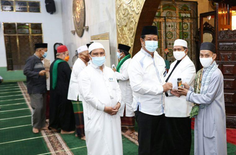 Isdianto Bantu Madu untuk Imam dan Bilal
