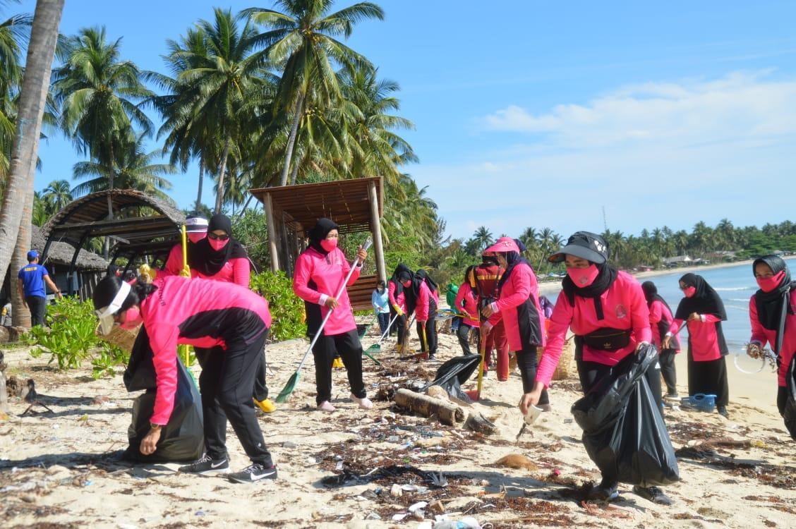 Bhayangkari Kepri Peduli Bersih -Bersih Pantai dan Penanaman Terumbu Karang di Natuna